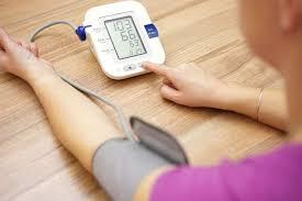 Đo huyết áp bằng máy bơm tay có ống nghe